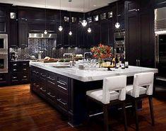 cocina en tonos obscuros y piso de madera