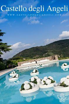 Castello degli Angeli è Location per Eventi, ospita al suo interno una piscina di moderno design. #castellodegliangeli #location #piscina #eventi #design