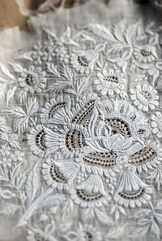 suteki !!! Embroidery Fabric, White Embroidery, Fabric Art, Embroidery Stitches, Embroidery Patterns, Antique Lace, Vintage Lace, Crochet Motif, Irish Crochet