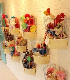 Reutilizando! Com criatividade, cestas de lixo podem virar cestas  para guardar brinquedos!