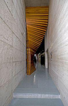 moderne Eingangstür massiv aus holz