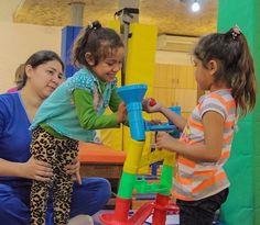 Hermanas unidas! Milagros participó activamente en la sesión de fisioterapia de su hermana Lucero durante su primer día en Teletón.  Damos la bienvenida a la familia Mendieta-Díaz de Piquete Cué Limpio.