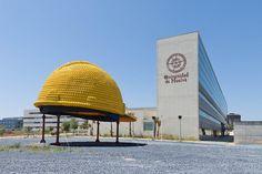 El casco de obra más grande del mundo (Huelva)  Al final de la avenida de Andalucía de Huelva, en un rincón de la facultad de Ciencias del Trabajo, se alza una colosal estructura de 5m de altura y 7 de anchura formada por 2.800 cascos de seguridad. Su autor, Rafael Mélida, es uno de los más grandes artistas nacionales en lo que puede llamarse arte del reciclaje o arte basura.  La obra, que costó 43.000 euros (de los que la Junta de Andalucía aportó 20.000), entró en abril de 2010 al ...