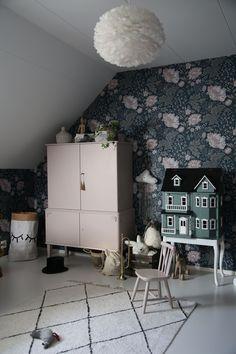 Designing the Ultimate Kids Bedroom Decor: Wallpapers - Alles über Dekoration Small Room Bedroom, Small Rooms, Kids Bedroom, Bedroom Decor, Bedroom Ideas, Bedroom Lamps, Wall Lamps, Design Bedroom, Bedroom Wall