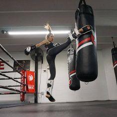 Emilmar Colmenarez fitness instructor, muay thai practice in the gym kicking heavy bag Kickboxing Workout, Butt Workout, Taekwondo, Karate, Martial Arts Women, Fit Girl, Sport Motivation, Yoga Fitness, Fitness Tips