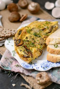 Omelette with Mushrooms and Cheese. A lovely omelette loaded with mushrooms and topped of with Parmesan Cheese. (Recipe in Dutch) Omelette Baveuse, Breakfast Omelette, Omelette Ideas, Easy Omelet, Healthy Omelette, Omelette Recipe, Frittata, Diner Recipes, Milk Recipes