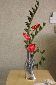 Tropical Wedding Centerpieces, Tropical Floral Arrangements, Large Flower Arrangements, Ikebana Flower Arrangement, Ikebana Arrangements, Tropical Flowers, Flower Vases, Bd Design, Floral Design