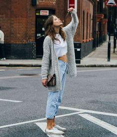Top cropped branco, maxi casaco de lã, calça jeans, tênis branco