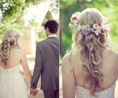 Cabelo solto com coroa de flores