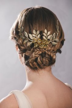 Novias doradas por tocados Tousette | Con tacones y de boda