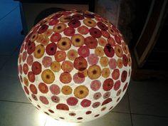 Lampada creata con una grossa palla di plastica ritrovata sulla spiaggia