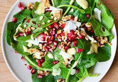 Recept spinaziesalade met brie en walnoten. Een recept voor een frisse, snelle en makkelijke salade met brie, noten en een lekkere mosterddressing!