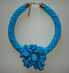 Gargantilla en azul turquesa, aplique y cierre metálico en color plata