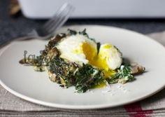 Чудесный питательный завтрак из яиц, грибов и шпината - заряд бодрости на целый день! Добавляем немного чесночка и лука для аромата,