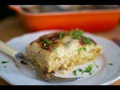 La lasaña es un delicioso pastel de láminas de pasta con diferentes rellenos. Esta lasaña de pollo es una buena manera de aprovechar los restos de pollo del cocido, que una vez desmenuzado usamos para rellenar el pastel. La bechamel, salsa ligera de cebolla, harina, leche y Aceite de Oliva Virgen Extra Hojiblanca, es el relleno principal de este delicioso plato gratinado al horno.