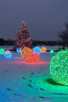 Christmas light balls are extremely popular outdoor Christmas decorations that are unique in appearance. Many times found in holiday light shows, botanical gardens, and other elegant displays, Christmas light balls are actually easy to make. Christmas Yard, Noel Christmas, Christmas Projects, Winter Christmas, Christmas Lights, Magical Christmas, Holiday Lights, Chrismas Lights Outdoor, Beautiful Christmas