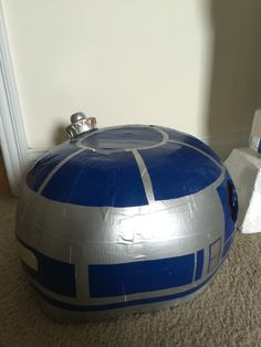Head made mostly out of blue duct-tape cut into specific shapes. R2d2 Costume, Star Wars Day, Duct Tape, Costume Ideas, Drama, Cosplay, Shapes, Halloween, Blue