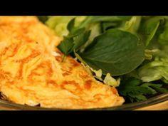 Omelete clássica com queijo servida com salada verde - Receitas - Receitas GNT
