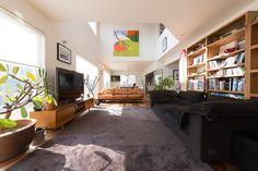 リビング、ダイニング、キッチンのある1階は、吹き抜けになった大空間。開放感のある造りが、カリフォルニアの邸宅を思わせる。