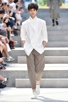 See all the looks from Issey Miyake Men's menswear spring 2018 collection.