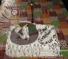 Torta Vespa e cartello limite di velocità con crema alla vaniglia e fragole