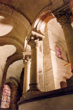 Abbaye St-Philibert de Tournus - région Bourgogne - architecture détail Romanesque Art, Romanesque Architecture, Round Arch, Vaulting, Byzantine, Tower, Saint, Places, French