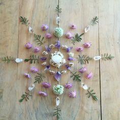 Beautiful crystal and flower mandala Crystal Magic, Crystal Grid, Crystals And Gemstones, Stones And Crystals, Healing Crystals, Gem Stones, Healing Stones, Wicca, Crystal Mandala