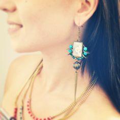 Boucles d'oreille ethniques, pics en métal couleur bronze et perles bleues turquoise. : Boucles d'oreille par mes-tites-lilis