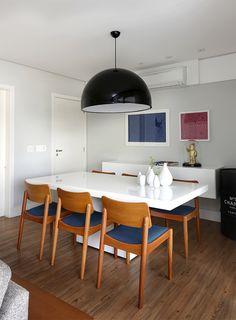combinação da mesa em laca branca, aparador flutuante, pendente em destaque,