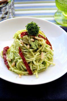 Cercate un condimento per la pasta semplice, veloce, profumato e furbissimo? Ilpesto di broccolettiè quello che fa per voi: delizioso, non calorico e tanto appetitoso. Come formato di pasta ho scelto gli spaghetti di Gragnano ma voi potete usare il formato che preferite.  Vi servono so