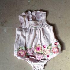 """Body med påsat """"kjole"""" str 6-9 mdr købt i Canada ;o)"""