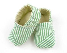 Sewing Ideas For Baby TOMS inspired baby shoes. Wonder if there is children/teens/adult sized patterns or if this could be altered for such? GREAT IDEA FOR SLIPPERS! Sewing Tutorials, Sewing Crafts, Sewing Projects, Sewing Patterns, Clothes Patterns, Sewing Ideas, Baby Shoes Pattern, Shoe Pattern, Sewing For Kids