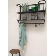 Wandrek metaal zwart met 2 plankjes en voorzien van stang met 5 haken waarmokken of handdoeken of andere spullen opgehangen kunnen worden.