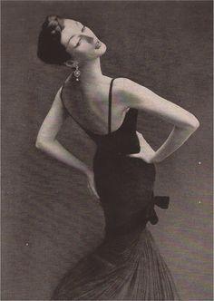 Dovima in Griffe dress, 1950s. Photo Richard Avedon