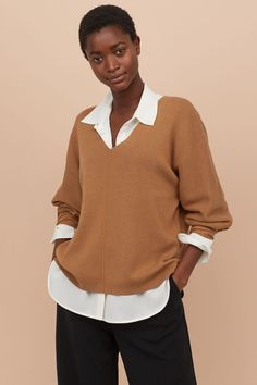 Soft, fine-knit sweater with wool content. Jumper Outfit, Pullover Outfit, Sweater Outfits, Sweat Shirt, Ribbed Sweater, Pullover Sweaters, Fashion Art, Autumn Fashion, Style