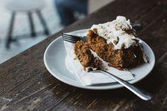 Esta versión del archiconocido carrot cake tiene un toque exótico de coco y piña, perfecto para las tardes al solecito que ya empieza a hacer este mes.