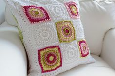 Circle of Friends Cushion. German video tutorial here http://www.youtube.com/watch?v=6Q86ilhdsds English pattern here http://priscillascrochet.net/free%20patterns/Afghan%20Squares/Antique%20Pearls%20Square.pdf