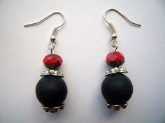 boucles d'oreille perles noires et perles à facettes rouges, coupelles argentées fleurs