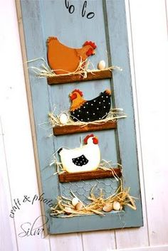 Make a tiny ladder with chicken wire behind it and hang on wall - Chicken Quilt, Chicken Art, Wooden Crafts, Diy And Crafts, Arts And Crafts, Chicken Wire Crafts, Rooster Decor, Creation Deco, Chickens And Roosters