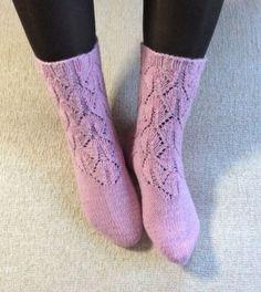 Juliat-vaaleanpunaiset pitsisukat Knitting Patterns, Socks, Fashion, Sock Knitting, Hosiery, Moda, Knit Patterns, Knitting Paterns, Fasion