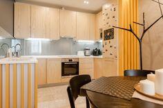 Фотография:  в стиле , Современный, Квартира, Eames, Gorenje, Проект недели, Москва, Бежевый, Dulux, Желтый, Серый, Декоративная штукатурка, Коричневый, Граффити, SLV, ИКЕА, кирпич в интерьере, кирпичная стена, кирпичная стена в интерьере, идеи перепланировки однушки, перепланировка однокомнатной квартиры, современный интерьер, Roca, Porcelanosa, освещение в спальне, Lightstar, Jacob Delafon, Kermi, Centrsvet, как организовать хранение на небольшом метраже, перепланировка студии, кирпичный…