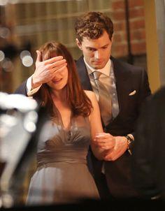 Dakota Johnson y Jamie Dornan ruedan la adaptación cinematográfica de la novela 'Cincuenta sombras de Grey'