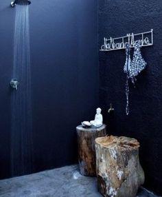 carrelage salle de bain bleu marine baignoire ronde et porte serviette chelle accessoires. Black Bedroom Furniture Sets. Home Design Ideas