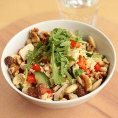 Zin in een stevige lunch of een makkelijke avondmaaltijd? Probeer dan deze goed gevulde couscous salade. Bovendien kun je ook nog eens lekker variëren met ingrediënten.