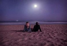 Sitting on the beach at night stargazing and enjoying the full moon light. Summer Nights, Summer Vibes, Fotos Strand, Beach At Night, Under The Moon, Night Aesthetic, Teenage Dream, Beach Pictures, Stargazing