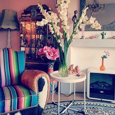#interiorandhome #inspiration #instahome #carpet #colorful #sidetable #gladiolen #flowers #pink  #rose #santafe #sarape #mexican #blanket #… Villa, Carpet, Mexican, Tapestry, Colorful, Blanket, Rose, Artwork, Flowers