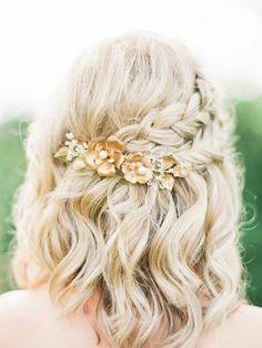 peinados-de-novia-pelo-corto-rubio-rizado-dos-trenzas-decoración-con-flores