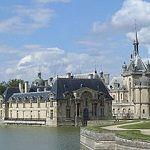 El Château de #Chantilly fue construido por la familia Montmorency para ser residencia de los Condé.  http://www.guias.travel/blog/nadar-y-guardar-la-ropa-en-chantilly/ #turismo #Paris #Francia
