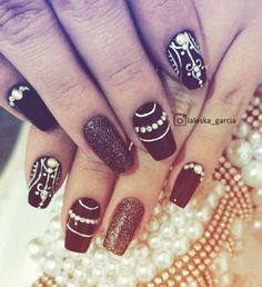 Unhas decoradas em preto rende ótimas opções para a nail art. Veja como o esmalte preto está em alta agora. Fotos, dicas e novidades. Veja aqui!