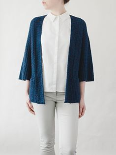 Alinea is a minimal, oversized drop shoulder cardigan with a lot of straight lines and little shaping. With set-in pockets, no front closures and wide, ¾ length kimono sleeves, it's a practical and easy to wear year-round piece that can be dressed up or down. Shaping at the back of the neckband and short rows at the shoulders and sleeve caps give the cardigan a more refined fit.